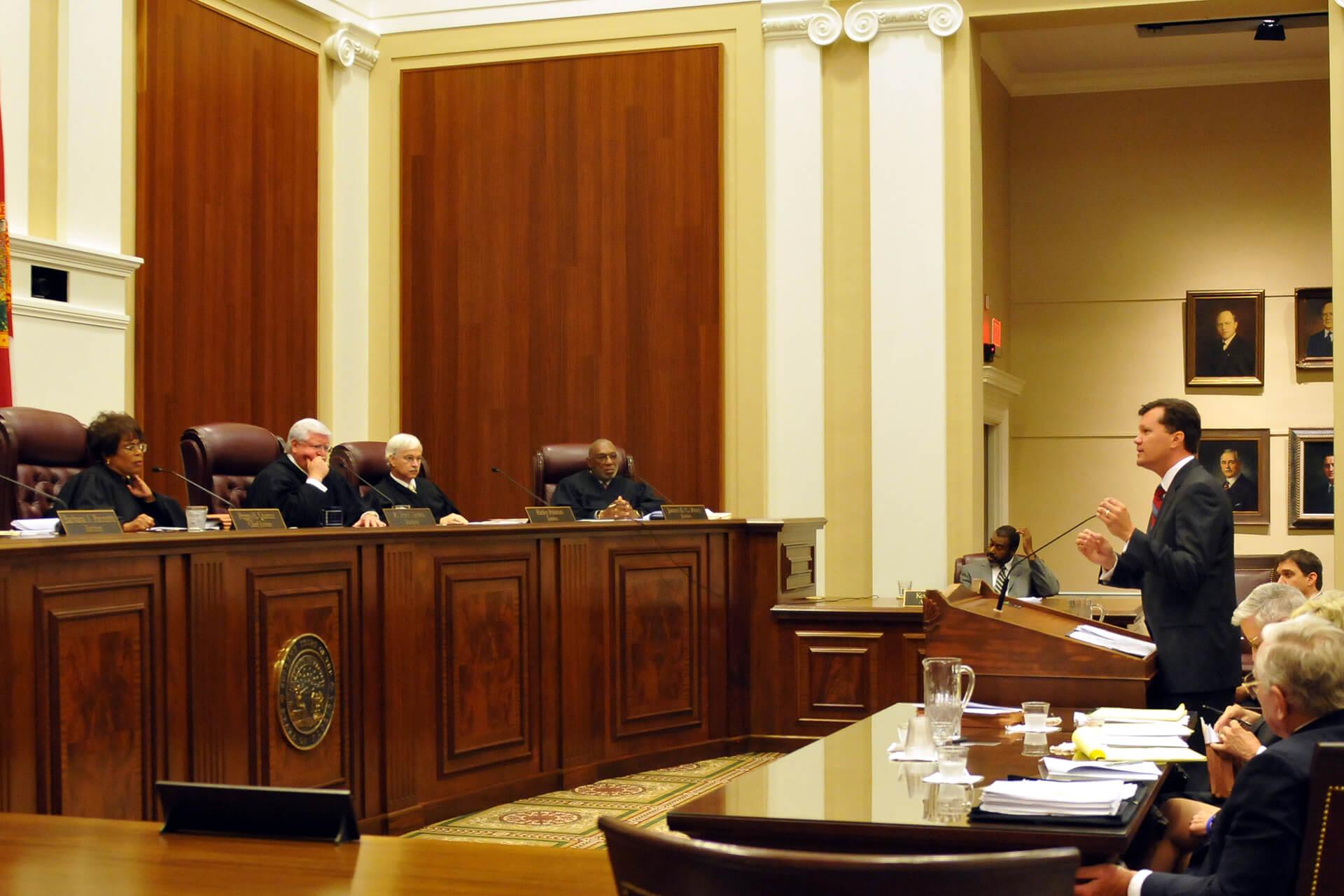 Thẩm phán chuyển đơn khởi kiện